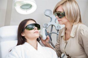 laserová terapia proti akné